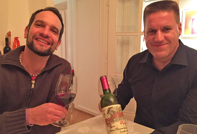 wein redakteure mit Rotweinflasche